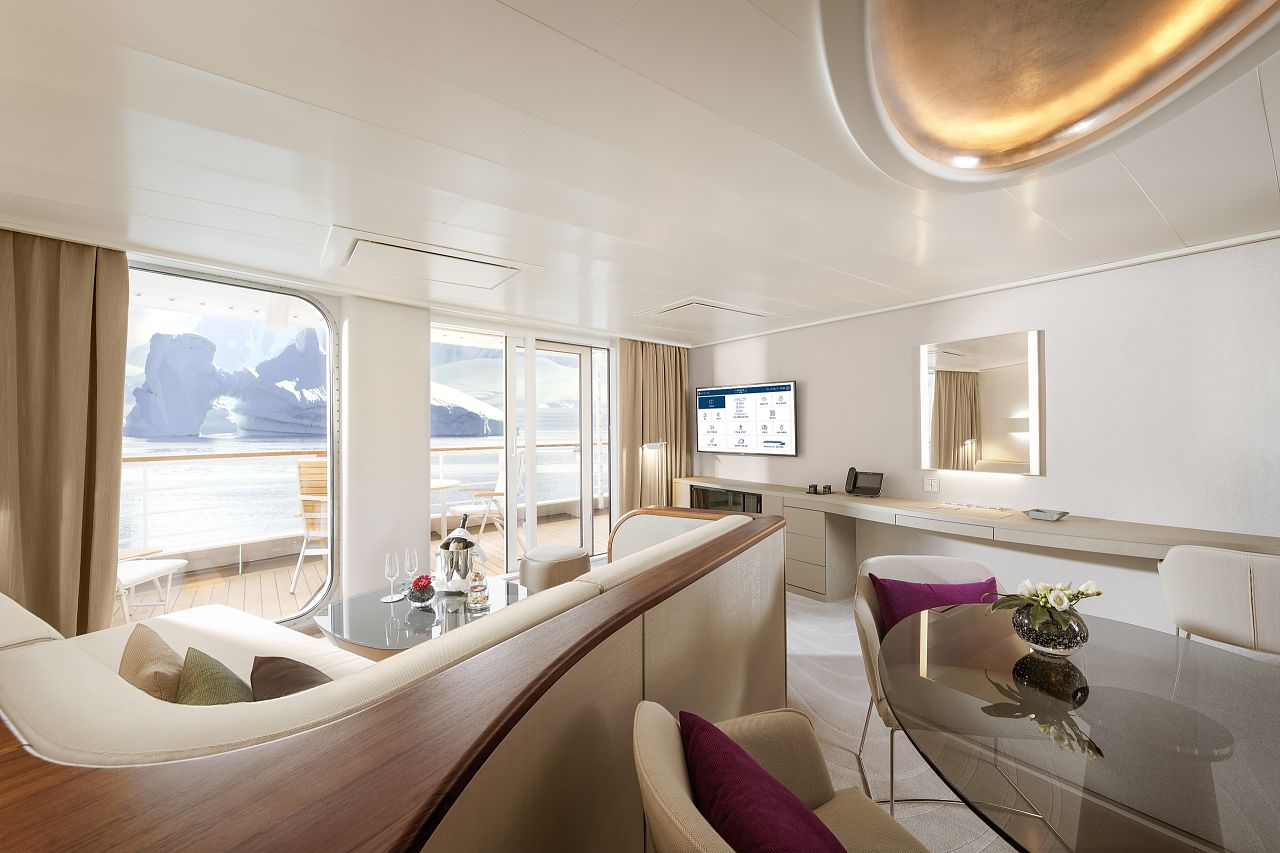 Hapag Lloyd HANSEATIC nature Grand Suite Wohnbereich